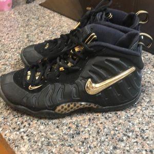 Nike black and gold air Jordan boys tennis shoes